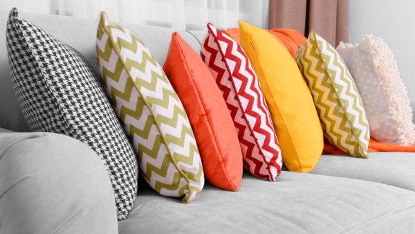 Декоративные подушки — простой способ освежить интерьер гостиной