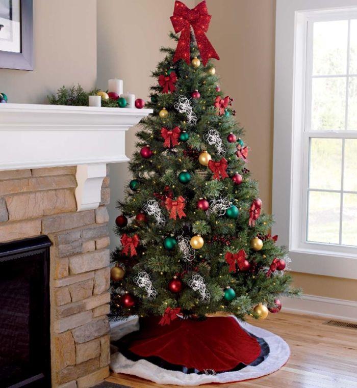 елка с яркими игрушками