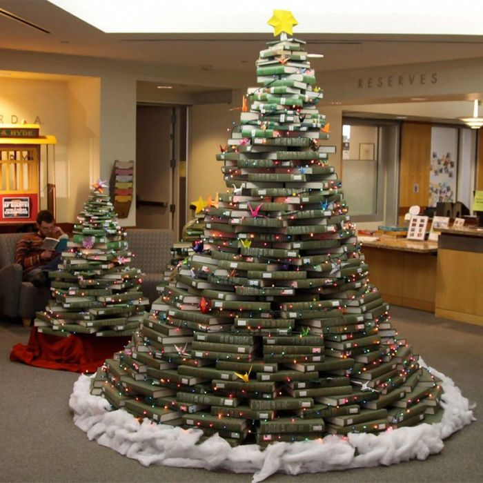 елка из книг новогодняя