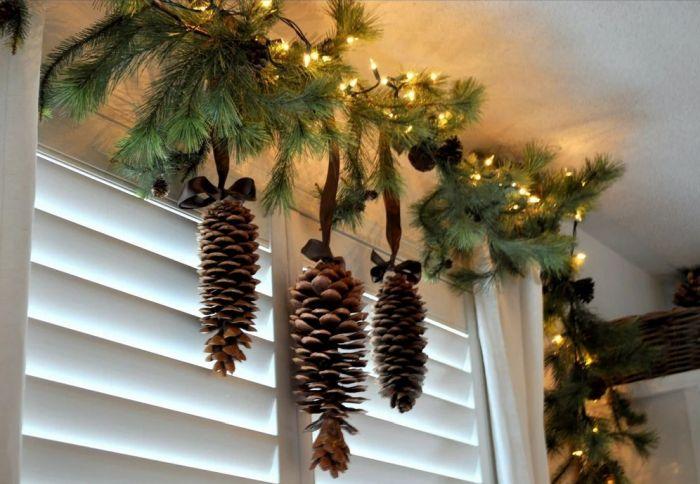 декор окна еловыми ветками и шишками